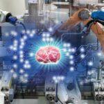 Immagine di ambiente industriale con bracci robotici laterali e, al centro, l'immagine di un cervello umano. L'immagine serve a evocare il concetto di intelligenza artificiale per il controllo dei sistemi industriali.